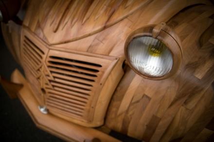 La 2CV de ce retraité est entièrement faite de bois et elle fonctionne !